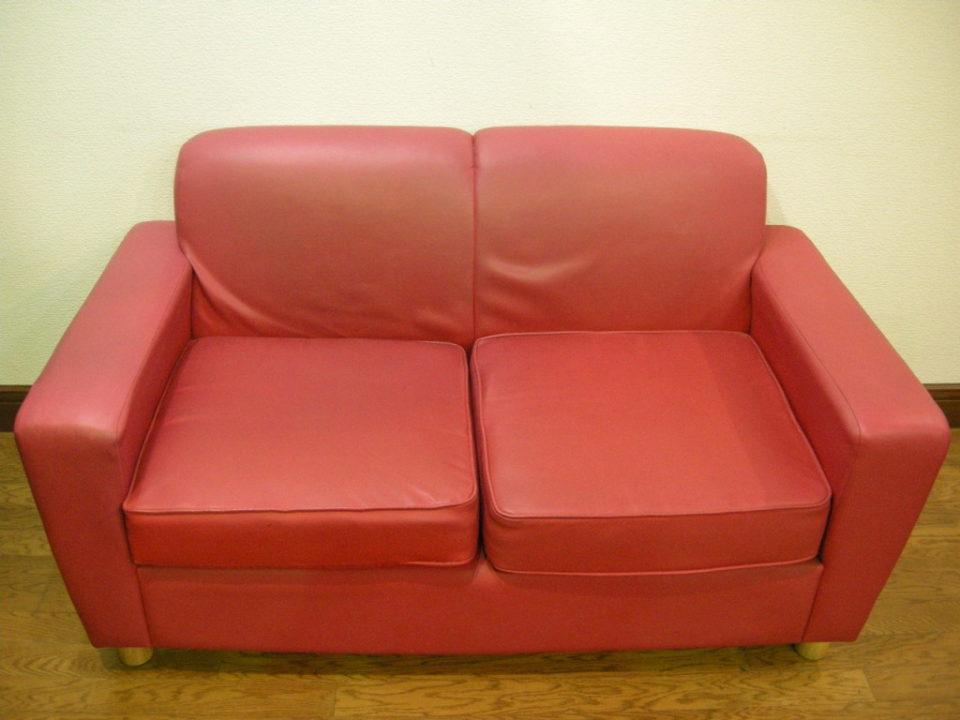 小ぶりで可愛い二人掛けソファ Red